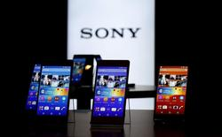 Los nuevos teléfonos Xperia Z4 de Sony en exhibición en la sede de la firma en Tokio, abr 20 2015. Sony Corp reveló el lunes su nuevo modelo Xperia de alta gama con marco de aluminio y pantalla de 5,2 pulgadas, demostrando que sigue en la carrera de los celulares avanzados aunque esté disminuyendo sus operaciones en este sector. REUTERS/Toru Hanai