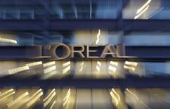 Le titre L'Oréal figure au rang des valeurs à suivre ce mardi à la Bourse de Paris, au lendemain de l'annonce par le numéro un mondial des cosmétiques d'un tassement de sa croissance organique au premier trimestre, marqué par un nouveau ralentissement de sa division de produits grand public. /Photo prise le 12 février 2015/REUTERS/Christian Hartmann