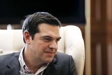 El primer ministro griego, Alexis Tsipras, en una reunión en Atenas, abr 21 2015. El primer ministro griego, Alexis Tsipras, se reunirá con la canciller alemana, Angela Merkel, al margen de una cumbre de la Unión Europea en Bruselas el jueves, un día antes de un encuentro crucial de ministros de finanzas de la zona euro, para evaluar los avances de Atenas en sus promesas de reforma.   REUTERS/Alkis Konstantinidis