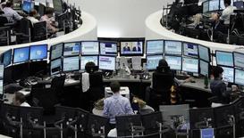 Трейдеры на фондовой бирже во Франкфурте-на-Майне. 1 августа 2014 года. Европейские фондовые рынки снижаются за счет квартальных отчетов компаний. REUTERS/Pawel Kopczynski/Remote