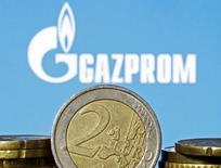 Монеты евро на фоне логотипа Газпрома. Зеница, 21 апреля 2015 года. Еврокомиссия обвинила Газпром в злоупотреблении своей доминирующей позицией в Польше, Венгрии, Эстонии, Латвии, Литве и Болгарии. REUTERS/Dado Ruvic