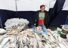 Прилавок с рыбой на рынке в Ставрополе. 7 марта 2015 года. Рост индекса потребительских цен в России за период с 14 по 20 апреля ускорился до 0,2 процента с 0,1 процента на предыдущей неделе; с начала апреля цены выросли на 0,5 процента, с начала года - на 7,9 процента, сообщил Росстат. REUTERS/Eduard Korniyenko