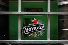 Una jaba con botellas vacías de cerveza Heineken en un restaurante en Singapur, ago 29 2012. Heineken NV, la tercera mayor cervecera del mundo, reportó el miércoles un crecimiento de sus ingresos más fuerte de lo esperado en el primer trimestre, gracias a mejores ventas de las cervezas que elabora en México y por un mayor consumo durante las fiestas de Año Nuevo en Vietnam.  REUTERS/Tim Chong