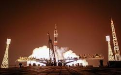 Космический корабль Союз TMA-13M стартует с Байконура 29 мая 2014 года. Российское космическое агентство готово сократить треть расходов из-за кризиса, но надеется, что под нож пойдут только ряд научных программ и проект сверхтяжелой ракеты, зато останутся деньги подготовить высадку космонавтов на Луну к 2029 году. REUTERS/Shamil Zhumatov