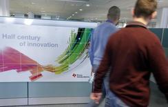 Texas Instruments, considéré comme un baromètre du marché des semi-conducteurs, a annoncé un objectif de chiffre d'affaires pour le trimestre en cours inférieur aux attentes, évoquant la faiblesse de la demande sur les marchés des équipements de communication et de l'électronique grand public, ainsi que le dollar fort. /Photo d'archives/REUTERS/Eric Gaillard