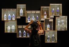 Pernod Ricard a fait état jeudi d'une forte accélération de sa croissance organique au troisième trimestre de son exercice décalé grâce à une amélioration de ses ventes en Chine et aux Etats-Unis. Le chiffre d'affaires du numéro deux mondial des spiritueux, propriétaire du cognac Martell, du whisky Chivas Regal ou de la vodka Absolut, a totalisé 1,92 milliard d'euros, signant une progression de 19% en données publiées, portée par les effets positifs de la baisse de l'euro face au dollar. /Photo d'archives/REUTERS/Edgar Su