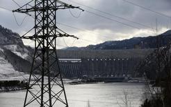 Вид на Саяно-Шушенскую ГЭС. 18 марта 2015 года. Крупнейшая в РФ гидрогенерирующая госкомпания Русгидро сократила производство электроэнергии в первом квартале 2015 года на 14,4 процента до 26,6 миллиарда киловатт-часов, сообщила компания в четверг. REUTERS/Ilya Naymushin