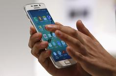 En la imagen, el nuevo Samsung Galaxy S6 Edge durante un evento en Barcelona. 2 de marzo, 2015. Samsung Electronics actuó sin freno para lanzar sus nuevos teléfonos avanzados Galaxy, pero sus modestos precios comparados con los últimos iPhone colocaron ahora la atención en el costo a largo plazo de combatir con la principal marca de Apple. REUTERS/Gustau Nacarino
