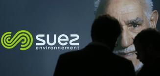 Fort d'une hausse de 5,5% de son chiffre d'affaires au premier trimestre sous l'effet de la baisse de l'euro, Suez Environnement a confirmé l'ensemble de ses objectifs financiers pour 2015. /Photo prise le 12 mars 2015/REUTERS/Christian Hartmann