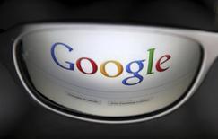 Логотип Google отражается в очках в Брюсселе 30 мая 2014 года. Google Inc сообщила о росте квартальной выручки благодаря увеличению объема онлайн-рекламы, нивелировавшего укрепление доллара, что отправило акции компании вверх на 3,5 процента до $577. REUTERS/Francois Lenoir