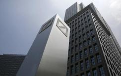 Deutsche Bank a dégagé au premier trimestre un bénéfice net réduit de moitié à 559 millions d'euros, les frais juridiques ayant nettement atténué les retombées favorables d'une hausse de 24% du produit net bancaire (PNB) au montant presque record de 10,4 milliards d'euros. /Photo d'archives/REUTERS/Toru Hanai