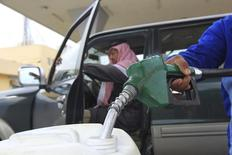 Un empleado carga un bidón con combustible en una gasolinera de Riad, dic 19 2012. La política de producción de petróleo de Arabia Saudita se basa en el estado de la demanda mundial y el primer exportador mundial de crudo está dispuesto a mantener su cuota de mercado, dijo el lunes el viceministro del sector.  REUTERS/Fahad Shadeed