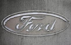 Логотип Ford в приемной завода компании в Генке 17 декабря 2014 года. Квартальная прибыль Ford Motor Co оказалась хуже прогнозов аналитиков из-за снижения продаж автомобилей в Северной Америке, а также сохраняющихся сложностей в Южной Америке и Европе. REUTERS/Francois Lenoir