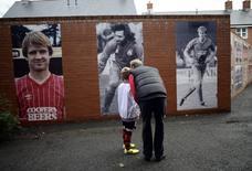 Torcedores observam fotos na parede do estádio Dean Court, do Bournemouth. 25/01/2014 REUTERS/Dylan Martinez