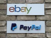 En la imagen, un cartel de ebay y PayPal en las oficinas en Toronto el 5 de abril de 2015. PayPal, la división de pago electrónico de eBay, dijo el martes que extenderá su servicio de un solo toque de dispositivos móviles a transacciones online para reducir los cuatro billones de dólares en productos abandonados cada año en los carros de la compra online por los complicados procesos de compra. REUTERS/Chris Helgren