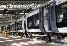 Usine Bombardier à Derby, dans le centre de l'Angleterre. Les deux premiers constructeurs de trains chinois discuteraient avec le groupe québecois Bombardier d'une prise de contrôle de son segment ferroviaire, la Chine cherchant à vendre à l'étranger sa technologie de trains à grande vitesse. /Photo d'archives/REUTERS/Darren Staples
