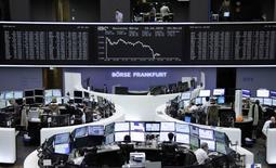 Les Bourses européennes ont fini en net repli mercredi, pénalisées par des publications d'entreprises jugées décevantes, la remontée de l'euro au dessus de 1,11 dollar et l'annonce aux Etats-Unis d'un ralentissement plus marqué qu'attendu de la croissance économique au premier trimestre. L'indice CAC 40 a clôturé en baisse de 2,59% et la Bourse de Francfort a cédé 3,21%. /Photo prise le 29 avril 2015/REUTERS/Remote/Staff