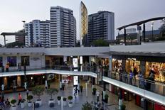 Un centro comercial en el distrito de Miraflores en Lima, abr 17 2015. El índice de Precios al Consumidor en Perú retrocedería en abril a un 0,40 por ciento, por debajo del mes previo debido a un ajuste en la tarifa de combustibles que contrarrestó un avance de los valores de algunos alimentos, mostró el miércoles un sondeo de Reuters. REUTERS/Mariana Bazo