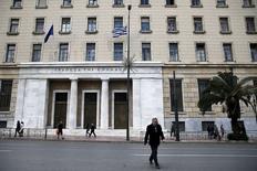 """Le siège de la Banque de Grèce, à Athènes. L'agence Moody's a abaissé mercredi la note souveraine de la Grèce de Caa1 à Caa2 avec perspective négative en citant la """"forte incertitude"""" quant à la possibilité pour ce pays de parvenir à temps à un accord avec ses créanciers au sujet de sa dette. /Photo prise le 21 avril 2015/REUTERS/Alkis Konstantinidis"""