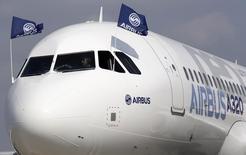 La version remotorisée de l'A320, l'A320neo. Airbus Group a confirmé jeudi ses objectifs financiers pour 2015 et a indiqué que l'avancement des principaux programmes de l'avionneur Airbus était conforme au calendrier. /Photo d'archives/REUTERS/Régis Duvignau
