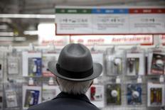 En la foto, un hombre en una tienda en Madrid el 17 de abril de 2015. La economía española creció en el primer trimestre a su tasa más alta en más de siete años y se mantuvo en la senda para cumplir con la nueva previsión de alcanzar en el año una expansión del 2,9 por ciento, aunque otros datos mostraron que persisten algunos desequilibrios. REUTERS/Susana Vera