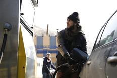 Una persona carga combustible en una gasolinera Zahret Al Rabwah en Al-Rabweh, Siria, ene 14 2015. Los suministros de petróleo de la OPEP subieron en abril a su mayor nivel en más de dos años, impulsados por una producción cercana a récord en Irak y Arabia Saudita, mostró un sondeo de Reuters, en momentos en que miembros clave del grupo se mantienen firmes en torno a enfocarse en la cuota de mercado.    REUTERS/Omar Sanadiki