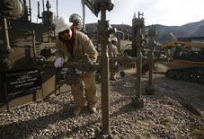 Trabajadores ajustan una plataforma de gas natural de Encana al sur de Parachute, EEUU, dic 8 2014. El índice de actividad empresarial estadounidense del Instituto de Gerencia y Abastecimiento (ISM por sus siglas en inglés) de Chicago subió más de lo previsto en abril, continuando el modesto avance del mes anterior. REUTERS/Jim Urquhart