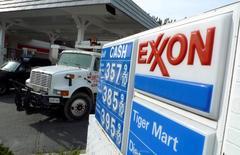 Una gasolinera de Exxon en Arlington, EEUU, ene 31 2012. Exxon Mobil Corp reportó el jueves una caída menor a la estimada de sus ganancias trimestrales, pese a que los menores precios globales del crudo impactaron las utilidades de la mayor petrolera mundial con operaciones en bolsa. REUTERS/Jason Reed