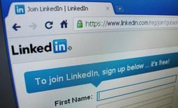 Linkedin est l'une des valeurs à suivre vendredi sur les marchés américains. Le titre du réseau social professionnel plongeait de 24% dans les échanges d'après-Bourse jeudi soir après l'annonce de prévisions de résultats pour le deuxième trimestre et l'ensemble de l'exercice inférieures aux estimations des analystes. /Photo d'archives/REUTERS/David Loh