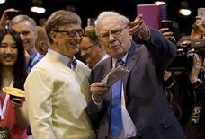 Los accionistas de Berkshire Hathaway Inc celebraron el sábado en Omaha el 50 aniversario de Warren Buffett al frente del conglomerado, mientras el multimillonario expresaba su optimismo sobre la prosperidad de la compañía a largo plazo, incluso cuando él ya no esté. En la imagen, Buffett habla con su amigo Bill Gates, fundador de Microsoft, antes de la reunión en Omaha, Nebraska May 2, 2015.  REUTERS/Rick Wilking