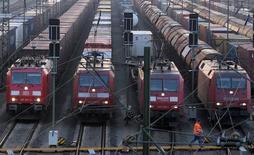 """Angela Merkel a qualifié lundi de """"fardeau"""" pour les usagers et les entreprises une grève d'une semaine des conducteurs de train qui a débuté lundi en Allemagne, la chancelière exhortant les syndicats et la Deutsche Bahn à mettre fin rapidement au conflit. /Photo d'archives/REUTERS/Morris Mac Matzen"""