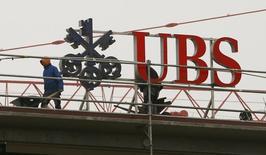 Логотип банка UBS. Цюрих, 13 февраля 2015 года. Европейские фондовые рынки растут благодаря акциям швейцарского банка UBS, сообщившего о максимальной почти за пять лет квартальной прибыли. REUTERS/Arnd Wiegmann