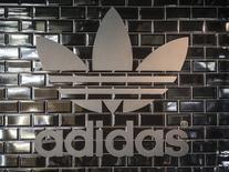 En la imagen, el logo de Adidas en uan tienda en Berlín, el 2 de diciembre de 2014. La firma alemana de ropa deportiva Adidas reportó el martes un crecimiento de las ventas mejor que lo esperado en el primer trimestre, gracias a un fortalecimiento de sus unidades de jogging y moda, sumado a una recuperación de su debilitado negocio en América del Norte. REUTERS/Hannibal Hanschke
