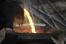 Acero líquido en una fundidora en Concepción, Chile, dic 9 2014. La economía chilena creció en torno a un 2,2 por ciento en el primer trimestre, en una tenue señal de recuperación de la actividad doméstica que se espera muestre un mejor desempeño hacia mediados de año. REUTERS/Jose Luis Saavedra