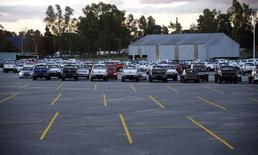 Vehículos nuevos en el estacionamiento de la compañía Ford en Pacheco, Argentina, mayo 22 2014. El registro de vehículos en Argentina cayó un 4,1 por ciento interanual en abril a 51.371 unidades, aunque en la comparación con marzo subió un 4 por ciento, dijo el martes la Asociación de Concesionarios de Automotores (Acara).      REUTERS/Marcos Brindicci