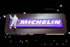 Michelin a engagé des discussions sur la compétitivité de ses usines françaises avec les syndicats de différents sites, selon le quotifien Les Echos.  /Photo d'archives/REUTERS/Benoît Tessier