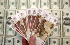 Банкноты российского рубля и доллара США. Сараево, 9 марта 2015 года. Доллар в среду утром упал ниже отметки 50 рублей впервые с 17 апреля на фоне рекордных для текущего года нефтяных котировок и слабости американской валюты на форексе при низкой ликвидности российского валютного рынка, которая может сохраняться до конца межпраздничной недели и чревата рисками повышенной волатильности. REUTERS/Dado Ruvic