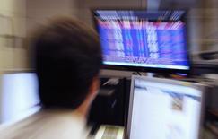 Трейдер в отделении банка в Лиссабоне. 3 июля 2013 года. Панъевропейская биржа Euronext отчиталась о росте операционной прибыли на 38,4 процента в первом квартале благодаря высокой активности спотовых торгов и росту объемов листинга небольших компаний. REUTERS/Jose Manuel Ribeiro