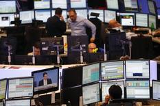 Трейдеры на фондовой бирже во Франкфурте-на-Майне. 27 ноября 2013 года. Европейские фондовые рынки растут благодаря макроэкономической статистике еврозоны и квартальным результатам компаний. REUTERS/Kai Pfaffenbach