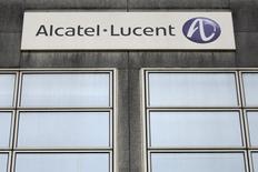Alcatel-Lucent, qui prend 5,33%, est en tête des hausses du CAC 40 à la Bourse de Paris, où l'indice vedette gagne 0,57% à 12h57. Le projet d'acquisition de l'équipementier télécoms franco-américain par le groupe finlandais Nokia (+3,1%) élargit sa base de sympathisants parmi les analystes. /Photo d'archives/REUTERS/Stéphane Mahé