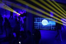 """Electronic Arts figure mercredi parmi les valeurs à suivre sur les marchés américains au lendamin de l'annonce d'un chiffre d'affaires et d'un bénéfice supérieurs au consensus pour le quatrième trimestre, soutenus par des ventes numériques solides et par la sortie du jeu """"Battlefied Hardline"""". /Photo d'archives/REUTERS/David McNew"""