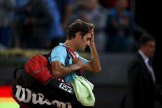 Tenista suíço Roger Federer deixa a quadra após ser derrotado pelo australiano Nick Kyrgios em partida pelo Aberto de Madri, na Espanha, nesta quarta-feira. 06/05/2015 REUTERS/Susana Vera