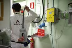 Areva a l'intention de réduire ses frais de personnel en France de l'ordre de 15% environ en trois ans dans le cadre de son plan de sauvetage. L'objectif de réduction des frais de personnel s'élève à 18% au total au niveau mondial, pour des effectifs de 42.000 personnes environ. /Photo prise le 22 avril 2015/REUTERS/Benoît Tessier