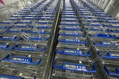 Тележки для покупок в магазине Metro cash and carry в Дюссельдорфе. 24 марта 2009 года. Немецкий ритейлер Metro AG планирует существенно увеличить инвестиции в имеющиеся бизнесы в ближайшие пять лет и рассматривает приобретения, так как его целью является ускорение роста продаж и прибыльности после нескольких лет реструктуризации. REUTERS/Wolfgang Rattay