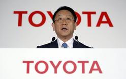 Akio Toyoda, président de Toyota, lors d'une conférence de presse à Tokyo. Toyota Motor pense dégager des bénéfices records pour la troisième année consécutive, la hausse des ventes aux Etats-Unis l'autorisant à améliorer encore un peu ses soldes après une performance exceptionnelle sur l'exercice écoulé s'appuyant entre autres sur des effets de change et des réductions de coûts. /Photo prise le 8 mai 2015/REUTERS/Yuya Shino