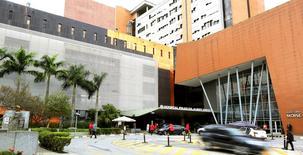 Exterior do hospital Albert Einstein, em São Paulo, onde Pelé está internado. 08/05/2015 REUTERS/Paulo Whitaker