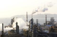 Usine Petrochina à Dalian, province de Liaoning. La Chine a pour la première fois dépassé en avril les Etats-Unis en tête du classement des principaux importateurs mondiaux de pétrole brut en dépit du ralentissement de son économie. /Photo pris ele 2à janvier 2015/REUTERS/China Daily