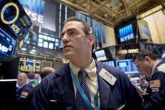 Operadores trabajando en la bolsa de Wall Street en Nueva York, mayo 8 2015. Los índices de la Bolsa de Nueva York operaban dispares el lunes, después de que un positivo reporte de empleo publicado el viernes mostró que la economía del país está cobrando impulso, pero las acciones de energéticas caían por la baja del precio del crudo ante señales de recuperación del esquisto en el país. REUTERS/Brendan McDermid
