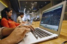 Empregados trabalham no escritório do serviço de táxi online Uber nos arredores de Nova Delhi 24/04/2015. REUTERS/Anindito Mukherjee