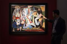 """""""Les femmes d'Alger"""" (version """"O""""), une huile peinte par Pablo Picasso en 1955, a été adjugé lundi chez Christie's à New York à 179,4 millions de dollars (161 millions d'euros), record absolu pour une vente aux enchères.  /Photo prise le 1er mai 2015/REUTERS/Darren Ornitz"""